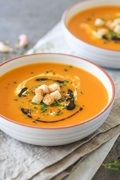 Nothing says Autumn more than a bowl of steamy & delicious pumpkin soup. Made from Red Kuri squash in just 15 minutes, easy, delicious & healthy! Soup Recipes, Vegetarian Recipes, Chili Recipes, Cooking Recipes, Healthy Recipes, Creamy Pumpkin Soup, Asparagus Soup, Hot Soup, Homemade Soup