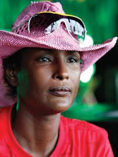 DEFESA DA MULHER: A MODELO SOMALI WARIS DIRIE LUTA CONTRA A MUTILAÇÃO GENITAL…