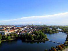 """2. Copenhague (Dinamarca). A atual """"Capital Verde Europeia"""", Copenhague se destaca pelo esforço da cidade em tornar o entorno limpo através do uso de bicicletas como meio de transporte. Espera-se para o próximo ano, que 50% da população utilize bicicleta e um terço, moto. Texto extraído de: blogs.funiber.org"""