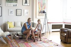 TOUCH this image: Noémie Saglio et sa fille Eve dans leur salon. by The Socialite Family Socialite Family, Home Rugs, Interior Inspiration, Home And Family, Gallery Wall, New Homes, House Styles, Room, 4 Years