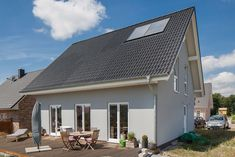 Einfamilienhaus mit grauer Fassade und Terrasse..