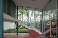 O terraço com pé-direito duplo é voltado para a rua e para os fundos. No espaço, o destaque é o perfil da escada que conduz ao mezanino, onde está o estúdio. A Casa do Arquiteto foi projetada por João Batista Vilanova Artigas, em 1949
