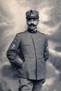 8 dicembre 1923. Sbarca a Mogadiscio il governatore De Vecchi, detto «Sciupone l'Africano», quadrumviro della Marcia su Roma. Ha richiesto via telegramma un'accoglienza trionfale.