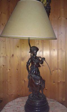 Pé de lámpara de bronce.