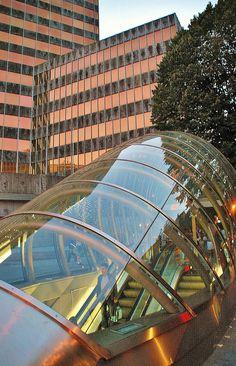 Metro Bilbao N. Foster. Al fondo el edificio BBVA.
