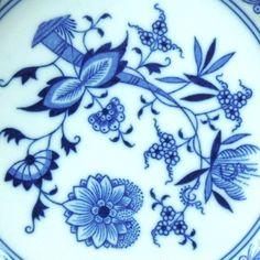 Talíř cibulák ORIGINAL ZWIEBELMUSTER 21 cm Tento talíř je typu cibulák, malovaný tzv. cibulovou barvou v barvě modré. Je signovaný ORIGINAL ZWIEBELMUSTER. Ačkoliv zřejmě byl používaný, je v bezvadném stavu, povrch hladký, nepoškrábaný, jen případné nerovnosti pod glazurou, to se ale jedná o drobné výrobní vady. Výška talíře je 3 cm, šířka 21 cm. Výborný vintage ...