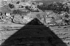 Kheops' shadow. Egypt (1962). Photo by Rene Burri.