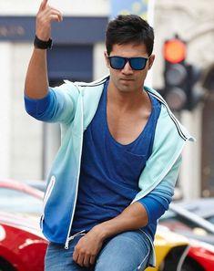 Varun Dhawan is a Bollywood actor who appears in Bollywood movies. Varun is the son of film director David Dhawan. Varun Dhawan Body, Alia Bhatt Varun Dhawan, Indian Celebrities, Bollywood Celebrities, Bollywood Actress, Varun Dhawan Movies, Varun Dhawan Wallpaper, Varun Dhawan Instagram, Varun Dhawan Photos