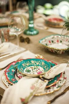 Fancy dinnerware for all the dinner parties I intend to throw in my tiny 1 bed flat Dinner Sets, Dinner Table, Party Decoration, Table Decorations, Table Turquoise, Turquoise Cottage, Dresser La Table, Beautiful Table Settings, China Patterns