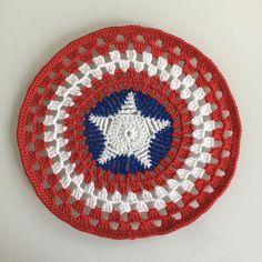 Free amigurumi pattern Captain America snuggle designed by Dendennis Crochet Circle Pattern, Tops A Crochet, Crochet Circles, Crochet For Kids, Crochet Motif, Crochet Home, Crochet Crafts, Crochet Baby, Free Crochet