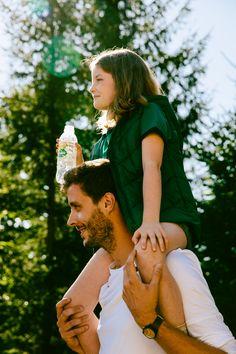 Kleine Entdecker ganz groß! #kidstime #volvic #rausindienatur Isaac Newton, The Absence, Parenting, Couple Photos, People, Beautiful, Auvergne, Mineral Water, Couple Shots