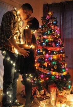 Find images and videos about couple, kiss и coiled up on we heart it - the Christmas Kiss, Christmas Couple, Cozy Christmas, Christmas Pictures, Christmas Cards, Couple Goals Tumblr, New Year's Kiss, New Year Art, Fotos Goals