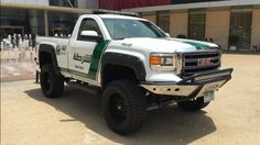 We already knew the Dubai Police were incapable of half-measures, so I guess it's no surprise their new utility vehicle has a fairly massive lift, desert prerunner bumper, and fender flares like Terry Crews' deltoids. What do you think of Dubai PD's 2015 GMC Sierra off-roader?