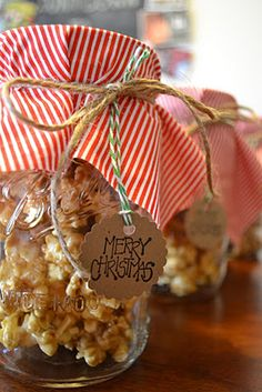 DIY CHRISTMAS FOOD GIFT *Caramel corn in mason jars. Fabric, and rope yarn with a gift tag.Can use any color scheme too.xmas red and green, birthday, baby shower, easter pastel. Just find the fabric and use it! Christmas Goodies, Christmas Treats, Christmas Holidays, Christmas Jars, Mason Jar Gifts, Mason Jars, Holiday Crafts, Holiday Fun, Caramel Corn