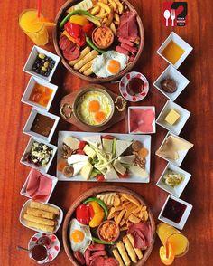 Breakfast Presentation, Food Presentation, Breakfast Platter, Breakfast Recipes, Halal Recipes, Beef Recipes, Turkish Breakfast, Brunch, Egyptian Food