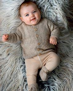 Små sko i silke og alpaka – der er intet, der er for godt til de nye små. Knitting For Kids, Baby Knitting Patterns, Crochet For Kids, Knitting Projects, Crochet Baby, Baby Kids Wear, Baby Barn, Knitted Baby Cardigan, Baby Sweaters