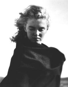 Marilyn Monroe cubierta con una manta