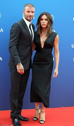 Victoria Beckham makes rare red carpet appearance with husband David United: Victoria and David Beckham were the epitome of true love as they made a rare red c… Mode Victoria Beckham, Victoria Beckham Outfits, Victoria Beckham Hairstyles, Victoria Beckham Fashion, Victoria Beckham Collection, Spice Girls, Party Fashion, Look Fashion, Vic Beckham