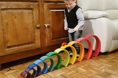 Playing with cars Stacking with #grimmsrainbow; one of the more than 100 ideas and examples with this open end play toys - Mamaliefde.nl