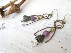 Sentinelles Du Matin : Boucles d'oreille primitives se composant de perles de strass, porcelaines artisanales contemporaines; amétrine ... : Boucles d'oreille par les-reves-de-minsy