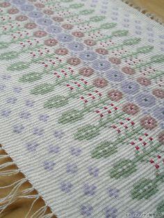 モヘア使いのブンデンローゼンゴンが織り上がりました。春らしい軽やかな配色を目指したので、「春のプランツ」と呼んでいます。縦づかいも横づかいもいけそうな柄。...