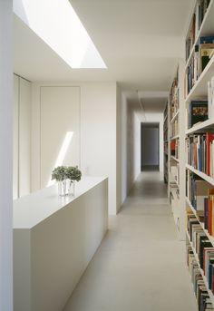 Book-lined corridor inside the Drei Terrassenhäuser in Luzern by Daniele Marques.