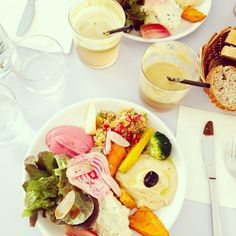 """Colorful and yummy food and fresh juices at @hobbes_restaurant today. Nice!  #vegan #paris #hobbes"""
