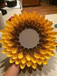 Best 11 Sunflower spoon Decoration – Page 291889619598837338 – SkillOfKing. Plastic Spoon Crafts, Plastic Spoons, Plastic Silverware, Plastic Spoon Mirror, Plastic Bags, Cutlery, Fall Pumpkin Crafts, Fall Crafts, Upcycle Home