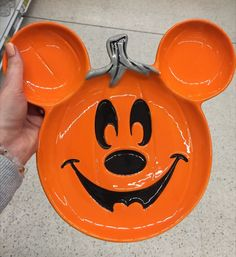 #disney #halloweendecor #disneyhalloween Halloween Plates, Mickey Halloween, Halloween Inspo, Halloween Decorations, Disney, Disney Art, Halloween Art