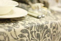 Elegantissima tovaglia in lino antimacchia con fantasia damascata sui toni del grigio e beige, per unire praticità e raffinatezza, per una tavola sempre perfetta. Grazie al trattamento resinato la tovaglia è impermeabile, antimacchia, con una spugnetta torna perfettamente pulita senza però avere a contatto con la pelle l'effetto plastica classico delle cerate. Si puo lavare in lavatrice a 30° e stirare dal rovescio. Realizzazione artigianale di Artemisia ʚϊɞ