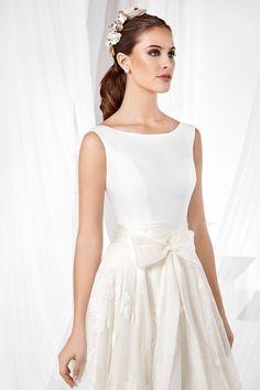 9c4bb5276e Vestido de novia falda de vuelo de capa en organza natural estampada  adornada con un fajín