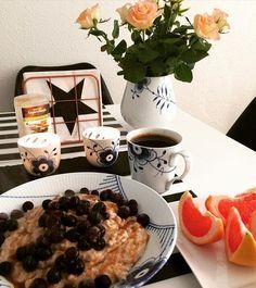 Refeed day starter med en lækker omgang vanilje grød toppet med blåbær og hasselnød sirup fra @bodylab 😋👌 Udnytter de gode gains idag med en bentræning 🍑💥 #oatmeal#ProteinOat#Oat#Grød#Breakfast#morgenmad  er lavet således : 75g havregryn - 200g æggehvider - 1 scoop vanilje proteinpulver - lidt kanel - sødemiddel - kardemomme og vand @miss_albers 😘 Det er så lækkert og nemt at lave!