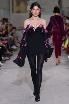 See all the Collection photos from Y/Project Spring/Summer 2017 Ready-To-Wear now on British Vogue Fashion Week Paris, Fashion Weeks, Spring Fashion 2017, Runway Fashion, Unique Fashion, Boho Fashion, High Fashion, Fashion Show, Fashion Design