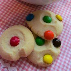 Biscoitos Amanteigados M&M - receita de hoje no Manga com Pimenta www.mangacompimenta.com  Clique no link da bio para ir direto ao blog ou pesquise no Google Biscoitos Amanteigados M&M + Manga com Pimenta  #receita #recipe #receitas #recipes #gastronomia #culinária  #cozinhar #food #foodblog #cooking #comfortfood #feitoemcasa #eat #doces #chocolate #cookies #natal #biscoito Bread Cake, Cookies, Link, Desserts, Blog, Gratin, Puddings, Vegetarian Recipes, Sweet Recipes