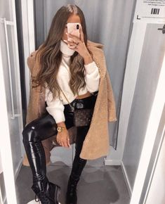 Black Marten Boots Fashion Outfit With Faux Leather Pants - Classy Outfits Casual Winter Outfits, Winter Fashion Outfits, Classy Outfits, Look Fashion, Stylish Outfits, Fall Outfits, Autumn Fashion, Womens Fashion, Fashion Black