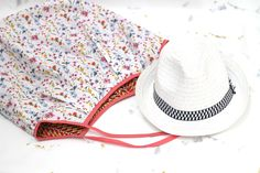 A summer bag, what do you think? My new Japanese bag is perfect to take my stuff on my trips to the beach or the market … And in addition it is reversible! Sewing Online, Japanese Bag, Couture Sewing, Summer Bags, Cowboy Hats, Parfait, Diys, Tote Bag, Model