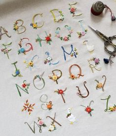 Hand Embroidery Letters, Diy Embroidery Patterns, Basic Embroidery Stitches, Hand Embroidery Videos, Embroidery On Clothes, Embroidery Flowers Pattern, Simple Embroidery, Crewel Embroidery, Indian Embroidery