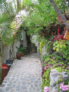 Alleyway at La Casa del Mundo in Jaibalito, Guatemala (by sfsweetness).