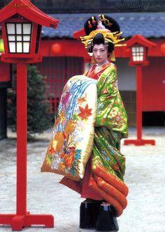 Geisha at the highest level. Traditional Fashion, Traditional Dresses, Traditional Art, Japanese Beauty, Asian Beauty, Susanoo Naruto, Kabuki Costume, Turning Japanese, Japanese Outfits