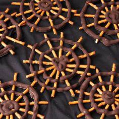 Ya sólo queda una semana para HALLOWEEN y por ello hoy os traemos una receta genial para dar como aperitivo y sorprender a todos: Telarañas de chocolate.  Muy original ¿Verdad? ¡Mandadnos las fotos de las vuestras!