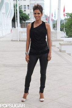 Halle Berry Loose Blouse Halle Berry showed off her killer arms with this sleeveless blouse which featured an angled neckline. Halle Berry Leather Pants Halley Berry kept her look monochromatic with a pair of skinny leather pants and a black blouse. Halle Berry Style, Halle Berry Hot, Afro, Beautiful Black Women, Beautiful People, Hale Berry, Copacabana Palace, Skinny Leather Pants, Red Carpet Fashion