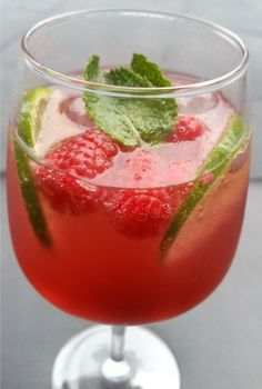 The Mojito has grown inside the scores to turn into among the most recommended cocktails. Raspberry Mojito, Mint Mojito, Easy Mojito Recipe, Homemade Liquor, Liqueur, Gin And Tonic, Non Alcoholic, Cocktail Drinks, Food Inspiration