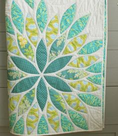 Love this quilt pattern and colours. I like that they've then quilted the leaf pattern into the negative space. Nice!
