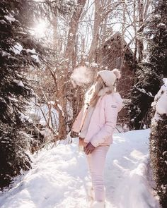 Megève 💗 maybe it's because I'm not used to purely fresh air, maybe because everything looked perfect under a blanket of fresh snow, or… Winter Fashion Outfits, Autumn Winter Fashion, Women's Fashion, Paris Barcelona, Apres Ski Outfits, Pink Faux Fur Coat, Snow Girl, Snow Outfit, Snowboarding Outfit