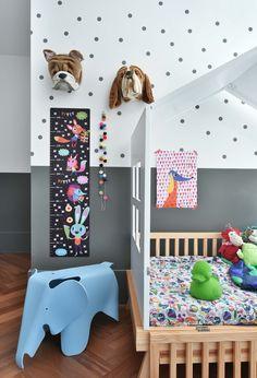 Quarto cinza maravilhoso com muito @amomooui e projeto da Pro.a Arquitetos. A cor neutra das paredes e da cama é quebrada pelos toques de cores da roupa de cama e decoração ao redor. A parede é um dos destaques: com muitos adesivos, pôsters e régua de altura É Festa! #quartocinza #kidsroom #quartomoderno #camacasinha #quartocolorido