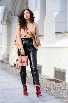 nakd vinyl pants outfit paperback black patent trousers wide sleeve shirt earth tones autumn streetstyle chic outfit  fashionblogger mode blog samieze berlin_-8