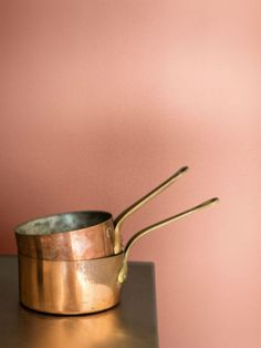 coral pink and copper (that wall looks like Devine Guava paint), pink and orange interior Copper Blush, Copper And Pink, Coral Walls, Orange Walls, Copper Pots, Copper Wall, Copper Kitchen, Color Cobre, Copper Color