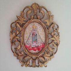 Moldura provençal dourada para porta de Na. Sra. de Nazaré.  Tamanho: 26×20cm Informações pelo whatsapp: 91-98827.3221 😙  #círio2015 #círiodenazaré #círiochegando #placadeporta #quadrinho #nossasenhoradenazaré #padroeiradopará #arte #artesã #artdecor #artesanato #amoartesanato #decoupagem #decoupage #amodecoupagem #lojadedecoração #peçasdelicadas #decoração #decoraçãodecasa #casadecorada #casa #decor #arteemdecorar #cantinhodeorações #presente #peçasartesanais #peçasexclusivas…