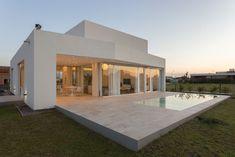 Mirá imágenes de diseños de Casas estilo minimalista}: PERSPECTIVA DE FACHADA NORTE. Encontrá las mejores fotos para inspirarte y creá tu hogar perfecto. #fachadasmodernas