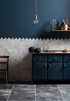Hoe cool is zo'n visgraatpatroon in de keuken? Vooral in combinatie met marmer en nachtblauw. http://frenchyfancy.com/elements-incontournables-decoration-cuisine/